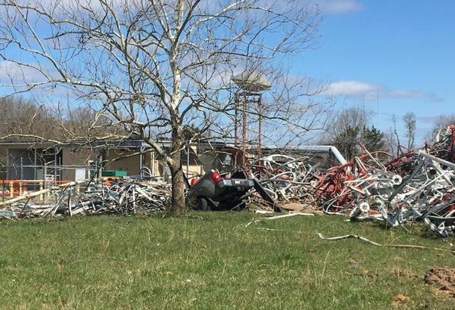 Khoảng 50-60 nhân viên cứu hộ đã được huy động tới hiện trường vụ sập tháp để hỗ trợ các nạn nhân và xử lý đống đổ nát.