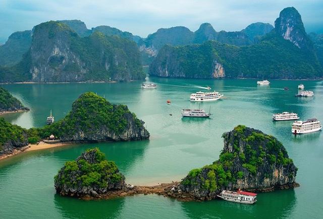 Vịnh Hạ Long: Nằm ở phía Bắc Việt Nam với đường bờ biển dài 120 km. Là điểm du lịch hàng đầu ở Việt Nam, Vịnh Hạ Long có hàng ngàn hòn đảo tạo thành cảnh biển hùng vĩ với những ngọn núi đá vôi.