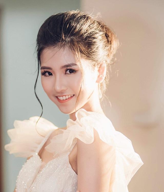 Phùng Kiều Anh sinh năm 1999, quê quán Hà Nội. Cô có sở thích đặc biệt là chơi bóng rổ và từng chơi bộ môn thể thao này từ năm lớp 11.