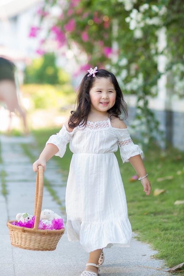 Cô bé tự chọn đồ, phối đồ mà không nhờ tới mẹ.