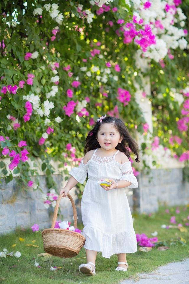 Nhìn con lớn lên từng ngày, mẹ Mimi chia sẻ: Từ ngày có bé trong nhà chị luôn đầy ắp niềm vui.
