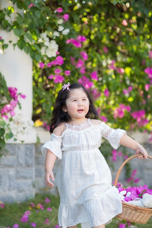 Cô bé rất thích học và có năng khiếu ngoại ngữ. Mimi thường xin mẹ đăng ký cho đi học các lớp học bổ trợ như là lớp học vẽ, lớp thuyết trình...