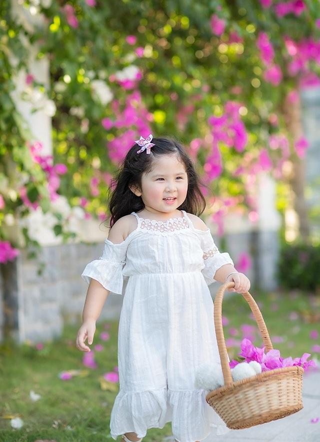 Trần Khánh My sắp tròn 3 tuổi. Cô bé khá cao so với bạn bè đồng trang lứa. Và đặc biệt, tính cách của Mimi rất độc lập.