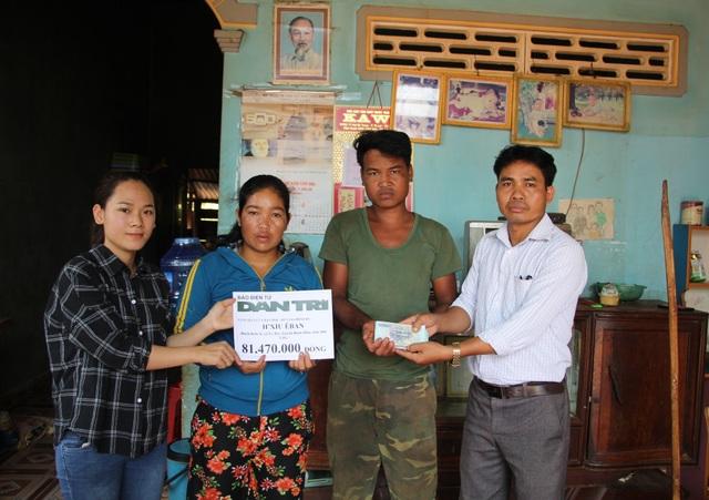 PV báo Dân trí cùng Chủ tịch UBND xã Ea Bar trao tận tay cho bố mẹ bé HXíu số tiền 81.470.000 đồng