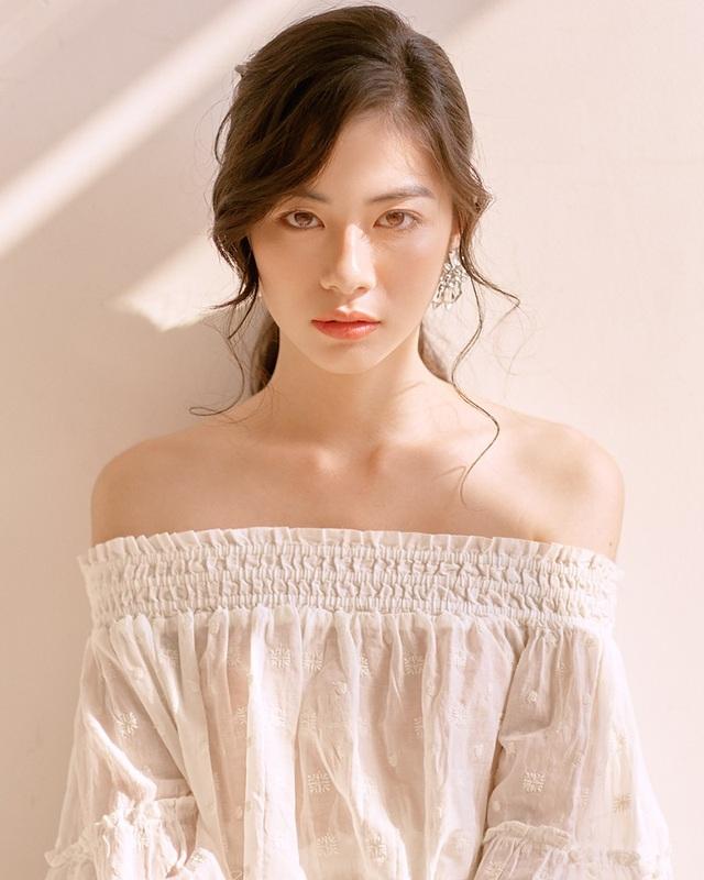 Năm 2017, Nguyễn Vi được phát hiện từ một diễn đàn trai xinh gái đẹp. Sau một năm, vẻ đẹp của cô gái này càng trở nên quyến rũ và hoàn hảo hơn trước.