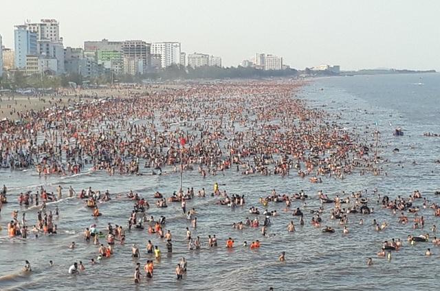 Hàng vạn du khách dự lễ hội du lịch biển Sầm Sơn năm 2018 - 9
