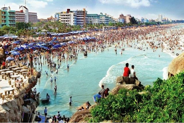 Năm 2017, có những thời điểm bãi biển Sầm Sơn ken đặc người