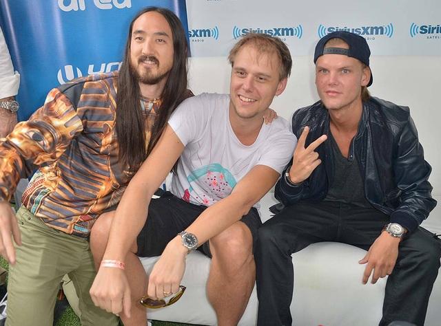 Avicii (ngoài cùng bên phải) chụp hình bên các DJ danh tiếng thế giới khác - Steve Aoki (ngoài cùng bên trái) và Armin van Buuren (giữa)