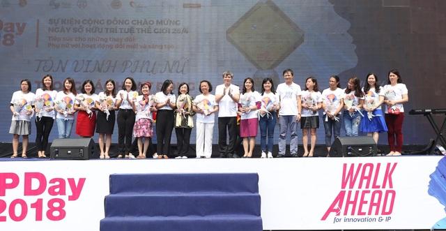 Thứ trưởng Bộ KH&CN Phạm Công Tạc trao kỷ niệm chương cho các Nữ trí thức tiêu biểu.
