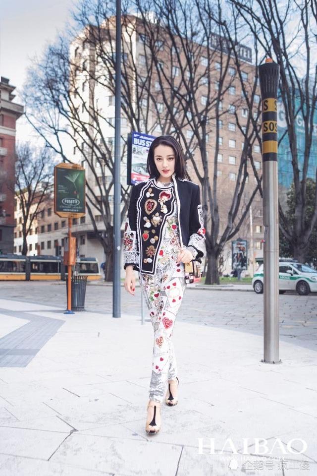 Nàng tiểu hoa đán của màn ảnh Hoa ngữ xuất hiện thường xuyên trên các tạp chí và truyền hình Trung Quốc thời gian gần đây. Fan châu Á cũng bị cuốn hút bởi sắc đẹp cũng như phong cách thời trang của nữ diễn viên thế hệ 9X.