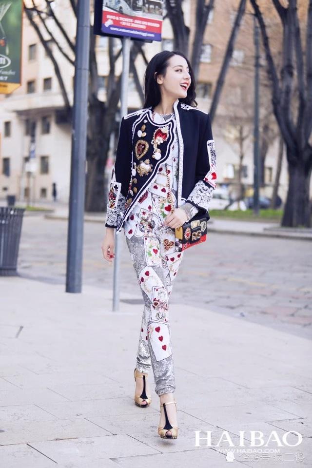 Mỹ nhân Tân Cương xuất hiện sang chảnh trên tạp chí thời trang. Còn ngoài đời thường, cô thích phong cách tối giản và trẻ trung.