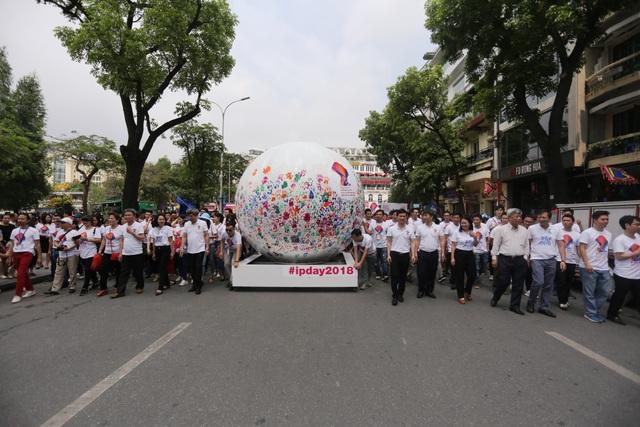 Diễu hành từ Quảng trường Đông Kinh nghĩa Thục ra Khu vực Tượng đài Lý Thái Tổ.