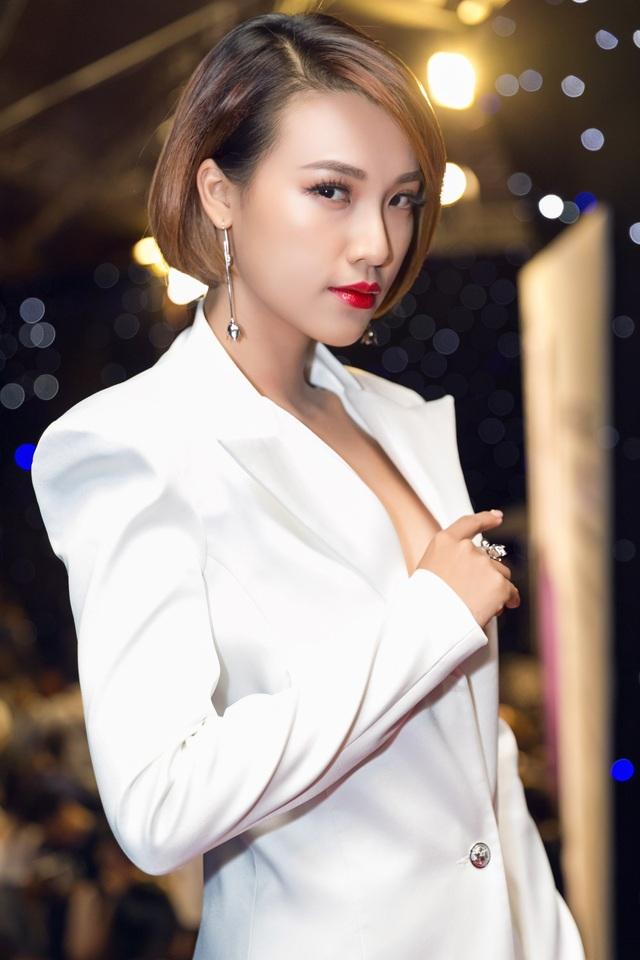 Á hậu Việt Nam qua ảnh 2012 cũng theo đuổi phong cách ăn mặc mạnh mẽ, cá tính hơn. Tại một sự kiện mới đây, giữa dàn người đẹp đầy nữ tính, Á hậu Hoàng Oanh trở nên khác biệt khi lựa chọn phong cách menswear xuất hiện tại thảm đỏ. (Ảnh: Kiệt Võ).