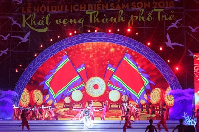 Sau phần nghi lễ là chương trình nghệ thuật với nhiều nghệ sĩ, ca sĩ nổi tiếng biểu diễn