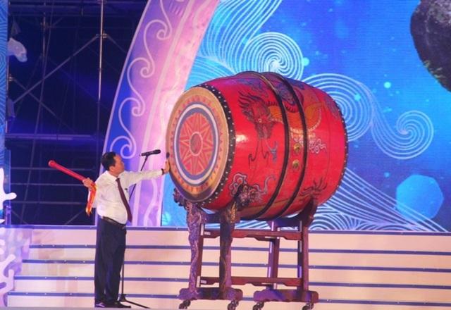 Ông Trịnh Văn Chiến, Bí thư Tỉnh ủy Thanh Hóa đánh trống khai hội du lịch biển Sầm Sơn năm 2018
