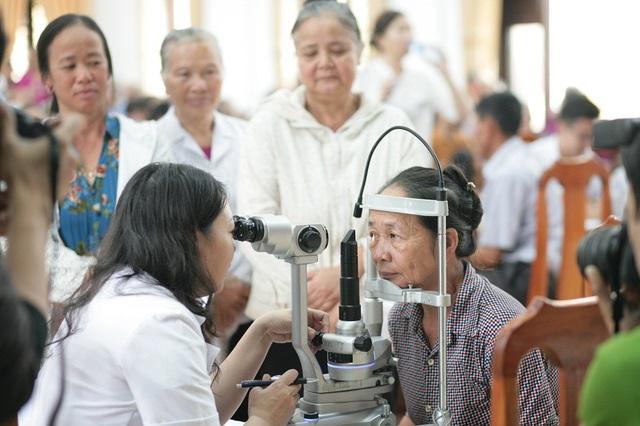 Bác sĩ BV Mắt Hà Nội 2 khám từ thiện cho bệnh nhân ở Kim Sơn, Ninh Bình.