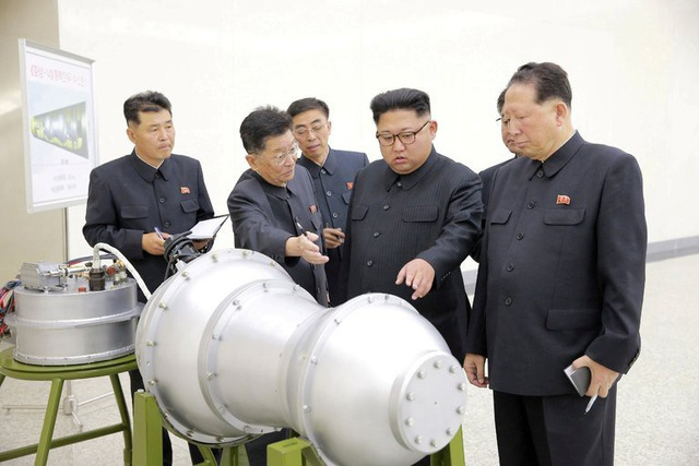 Ông Kim Jong-un thị sát vật thể được cho là đầu đạn tên lửa của Triều Tiên (Ảnh: Reuters)