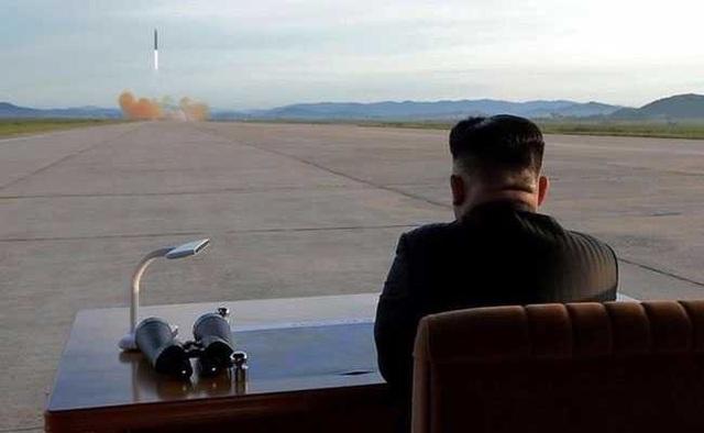 Ông Kim Jong-un thị sát một vụ phóng tên lửa của Triều Tiên (Ảnh: Reuters)