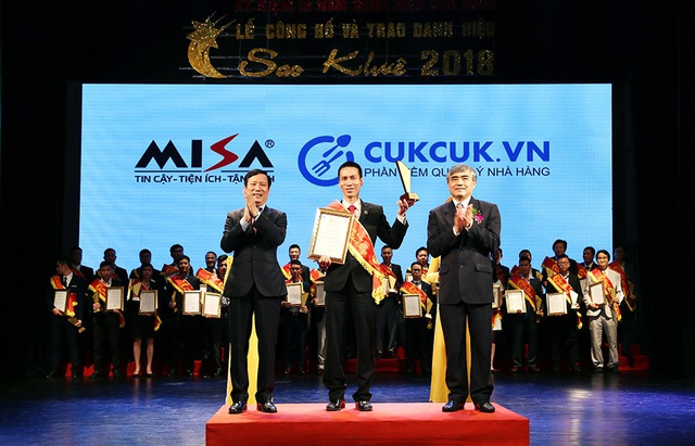 Ông Nguyễn Thanh Hà - Giám đốc kinh doanh khối Hộ cá thể toàn quốc, Công ty Cổ phần MISA nhận danh hiệu Sao khuê 2018 cho phần mềm Quản lý nhà hàng CUKCUK.VN tại hạng mục sản phẩm ứng dụng công nghệ 4.0
