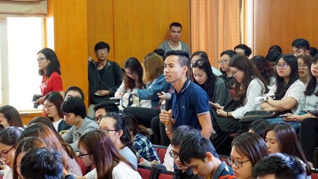 Sinh viên hào hứng đặt câu hỏi băn khoăn về định hướng nghề nghiệp tới diễn giả.