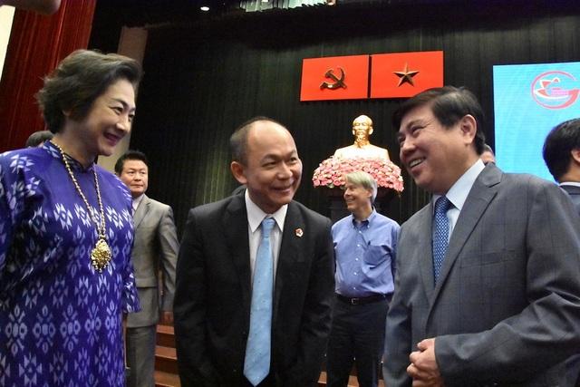 Chủ tịch UBND TPHCM Nguyễn Thành Phong (bên phải) trao đổi cùng các đại biểu tại buổi gặp gỡ
