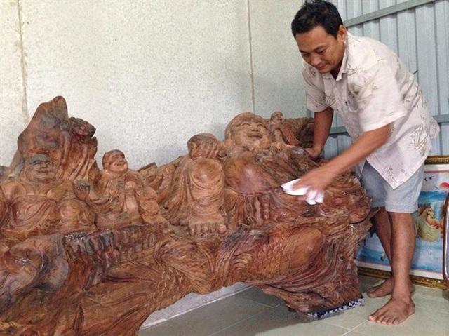 Bức tượng phật Di Lạc được ông Đoàn chạm khắc với những họa tiết, đường nét rất tinh xảo.