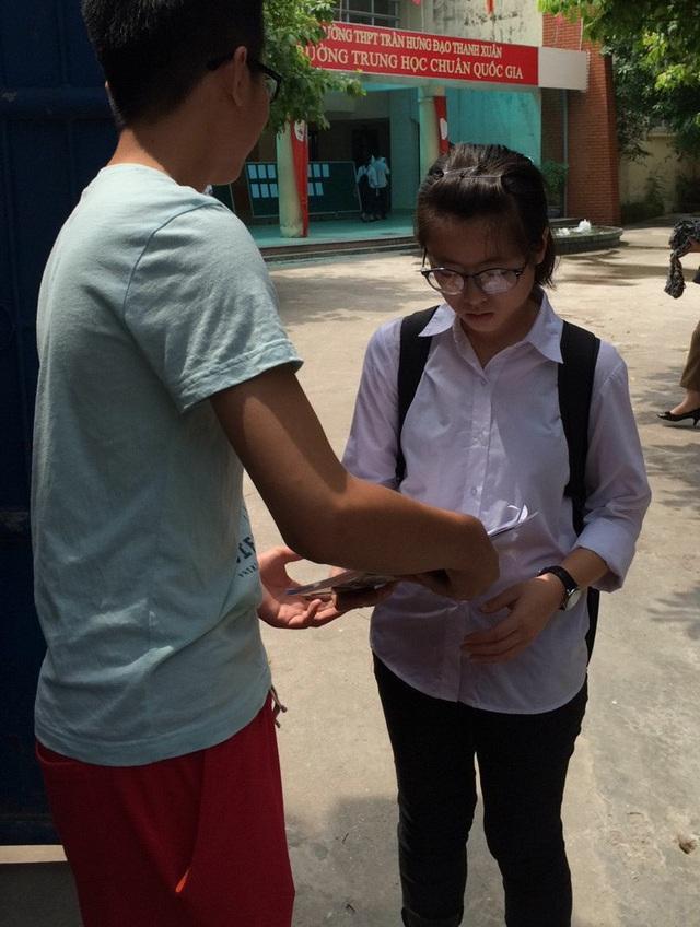 Thí sinh thi vào lớp 10 THPT Hà Nội (Ảnh: Mỹ Hà)