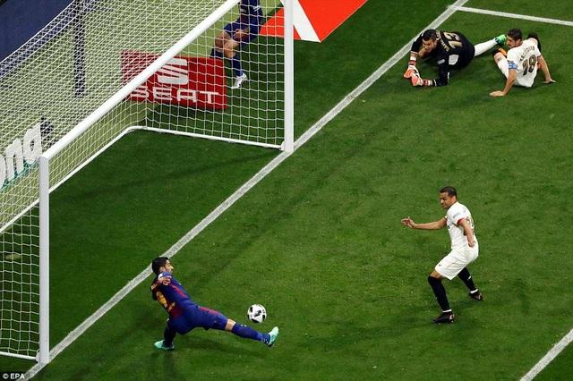 Tình huống Luis Suarez dứt điểm cận thàn mở tỷ số cho Barca ở phút 14