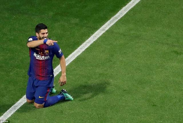 Luis Suarez giúp Barcelona dẫn 3-0...