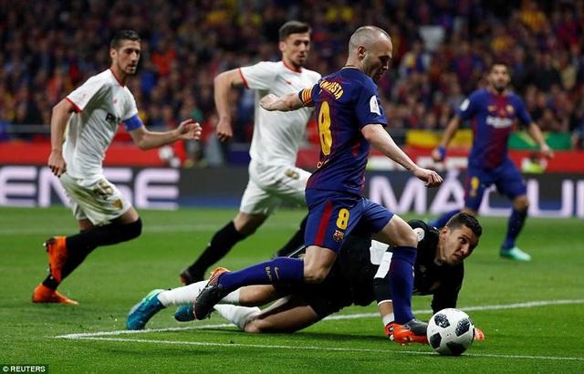 Iniesta lừa qua thủ môn Soria, đưa tỷ số lên 4-0 cho Barcelona ở phút 52