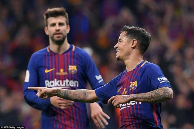 Coutinho chia sẻ niềm vui với Pique, khi Barcelona đã dẫn 5-0