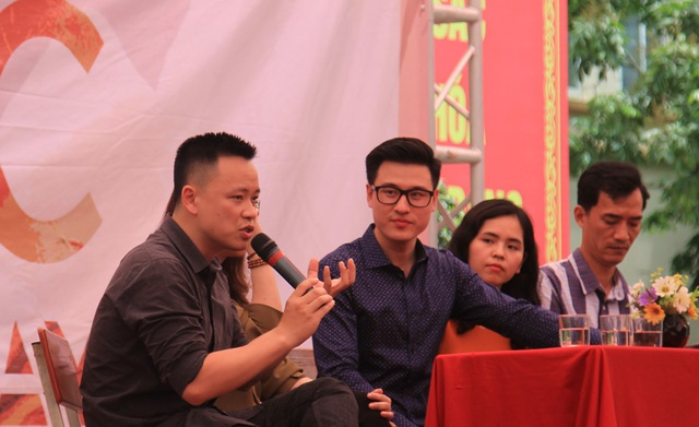 Nhà báo, giảng viên Dương Quốc Bình từng đoạt giải Nhất Phóng sự Ảnh Eyetime (Mỹ) năm 2014 chia sẻ kinh nghiệm cho thí sinh ở thử thách phỏng vấn trực tiếp với nhà báo, nhiếp ảnh gia.