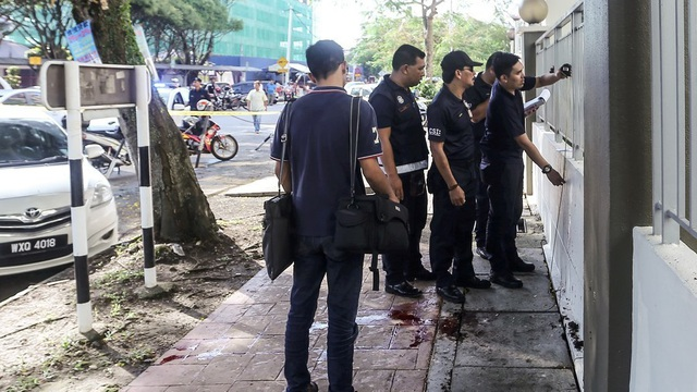 Các cảnh sát Malaysia tại hiện trường vụ ám sát (Ảnh: AFP)