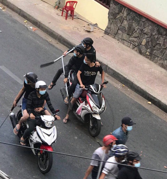 Hàng chục thanh niên mang hung khí đi hỗn chiến được người dân chụp hình lại