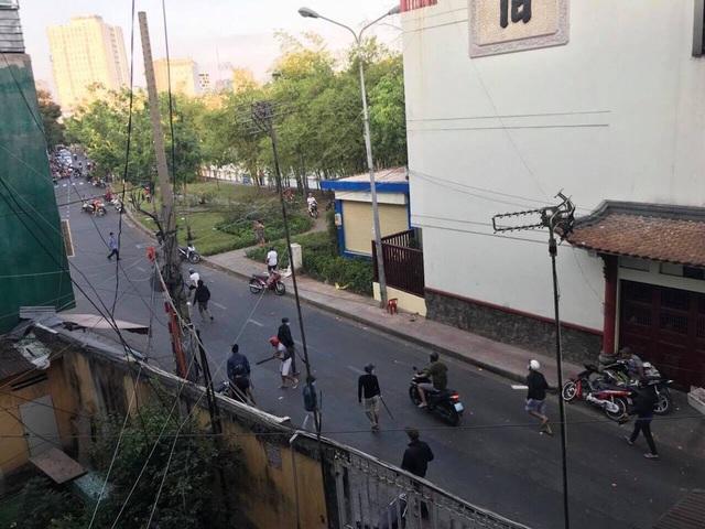 Hơn 20 người lăm lăm hung khí, dàn trận chém nhau giữa phố - 1