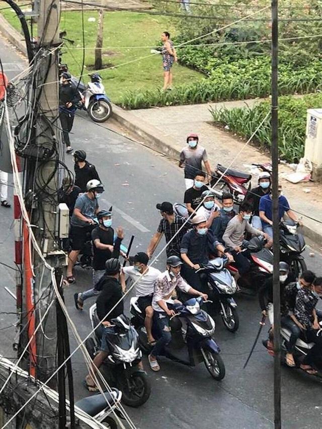 Hơn 20 người lăm lăm hung khí, dàn trận chém nhau giữa phố - 2