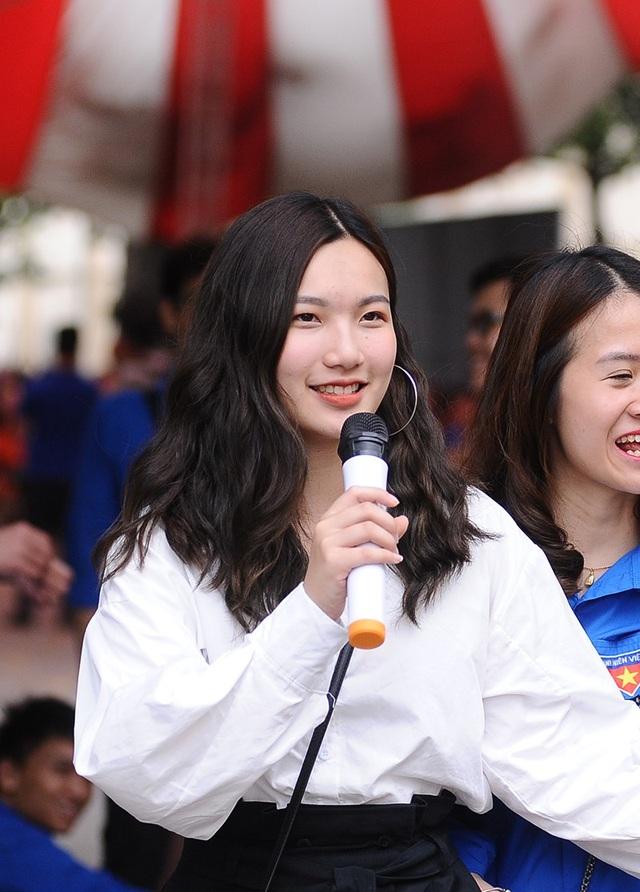 Nụ cười tươi tắn của đàn chị khi giới thiệu về trường Báo cho các em học sinh