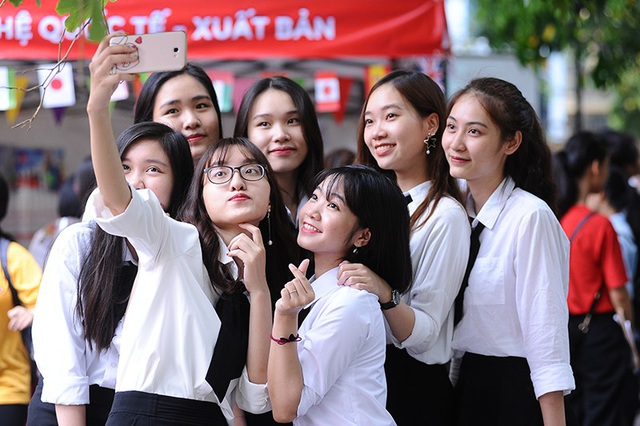 Dàn lễ tân sinh viên trường Báo