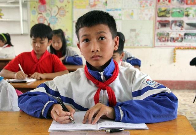 Đã mấy tháng rồi Nhật đến lớp với hai khóe mắt căng tròn, cuồng thâm. Thầy cô Trường tiểu học Hộ Độ cho biết, Nhật đang phải gánh vác công việc như một người lớn trong gia đình.