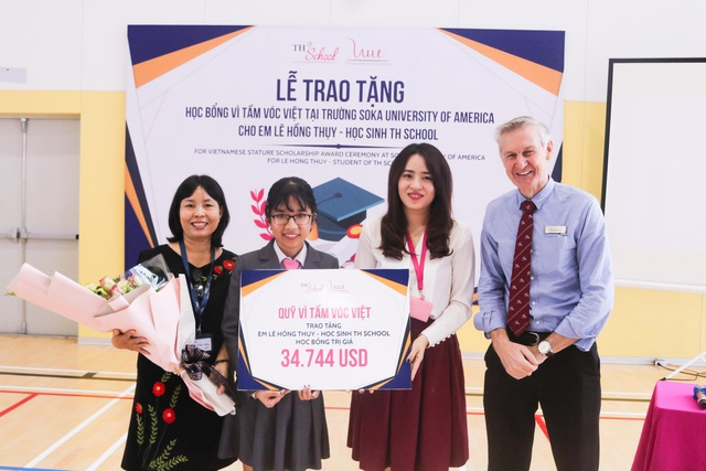 Bà Trần Thị Như Trang – Giám đốc Quỹ Vì Tầm Vóc Việt và ông Greg Hollis – Hiệu trưởng trường cấp III TH School (bên phải), trao tặng học bổng cho em Lê Hồng Thụy