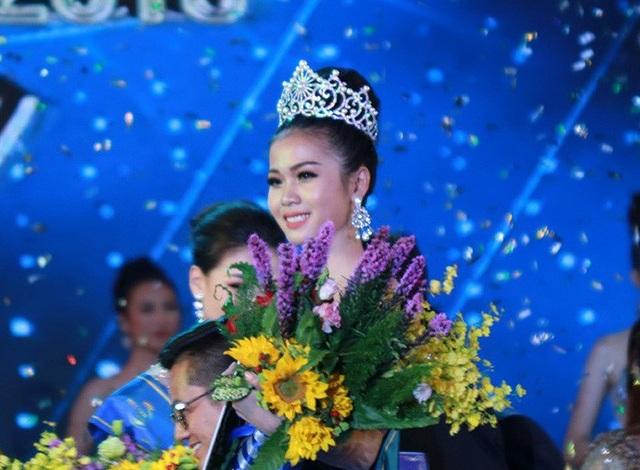 Khoảnh khắc đăng quang của Nguyễn Thị Kim Ngọc tại Hoa hậu Biển Việt Nam 2018