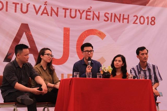 Các nhà báo nổi tiếng, các cựu sinh viên tiêu biểu trong lĩnh vực báo chí giao lưu với học sinh, phụ huynh.