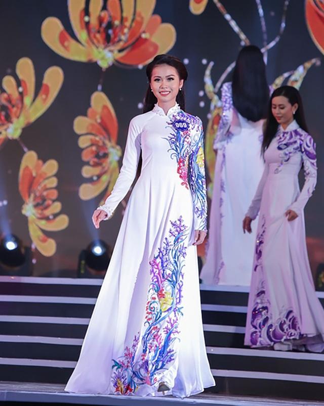 Trong phần thi trang phục truyền thống ở đêm chung kết, Nguyễn Thị Kim Ngọc lại thể hiện khá tốt bởi lối trang điểm, tạo hình phù hợp với bộ áo dài truyền thống.
