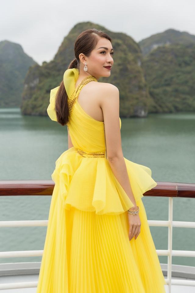 Người đẹp sinh năm 1993 diện bộ váy lệch vai tông vàng.