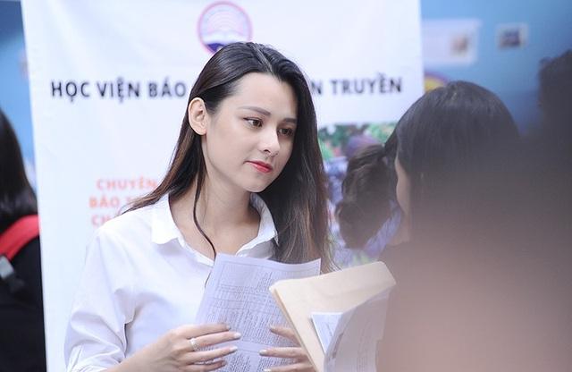 Thu Trang nhiệt tình tư vấn cho các em học sinh
