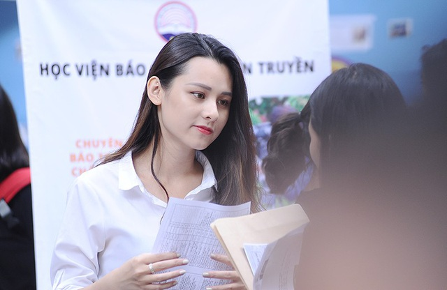 Được biết, Trang học lớp Truyền hình K35A2. Cô sinh ngày 1/9/1997, quê ở Bắc Giang. Chiều cao của Trang là 1m60. Số đo ba vòng là 78-63-91.