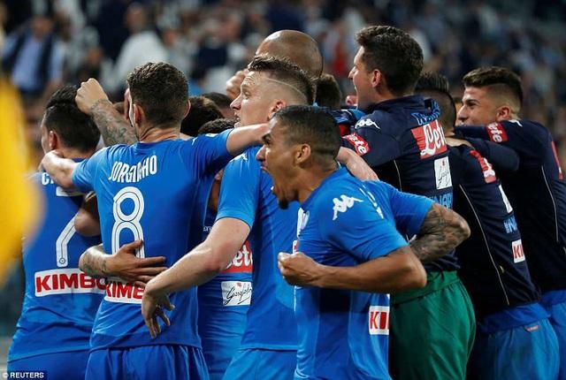 Napoli chỉ còn kém Juventus đúng 1 điểm