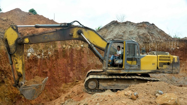 Một công nhân Trung Quốc lái máy xúc trong khu vực khai thác vàng ở Cameroon (Ảnh: AFP)