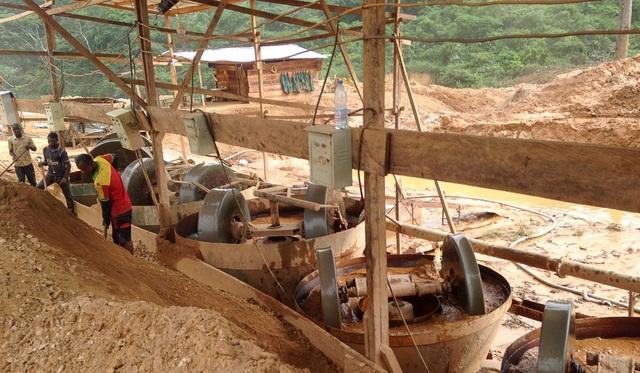 Các máy móc bên trong khu vực khai thác vàng của công ty Trung Quốc tại Cameroon (Ảnh: AFP)