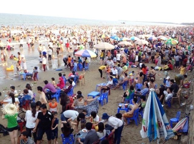 Mùa du lịch năm 2017, có những thời điểm bãi biển nơi đây đông nghẹt người